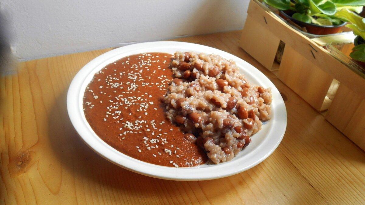 Mexická kakaová omáčka mole s fazolemi a rýží