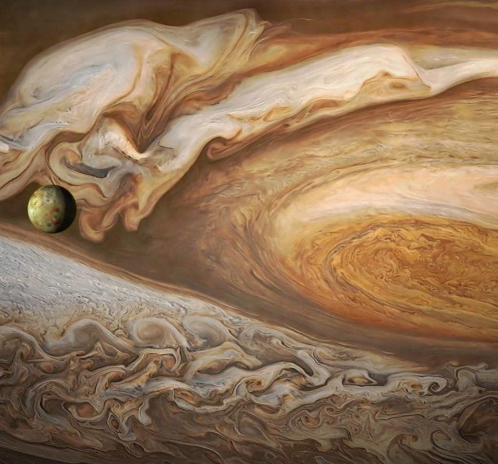 Jupiter a měsíc Io (zdroj: nasa.gov)
