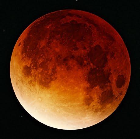Úplné zatmění Měsíce. Kráter Tycho je v jihozápadní části. (Foceno v Německu., zdroj:wikimedia.org, autor: Oliver Stein)