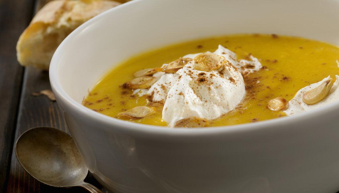 Pikantní mrkvová polévka skonopným semínkem
