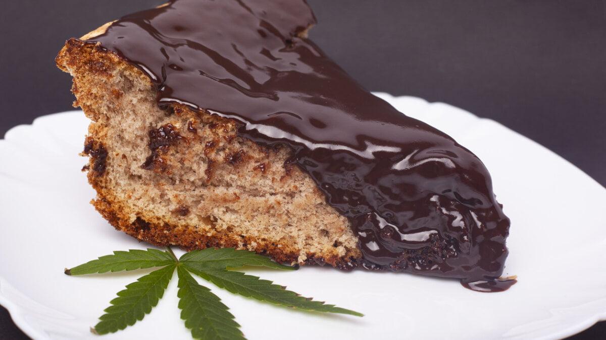 Konopný koláč shořkou čokoládou a zázvorem