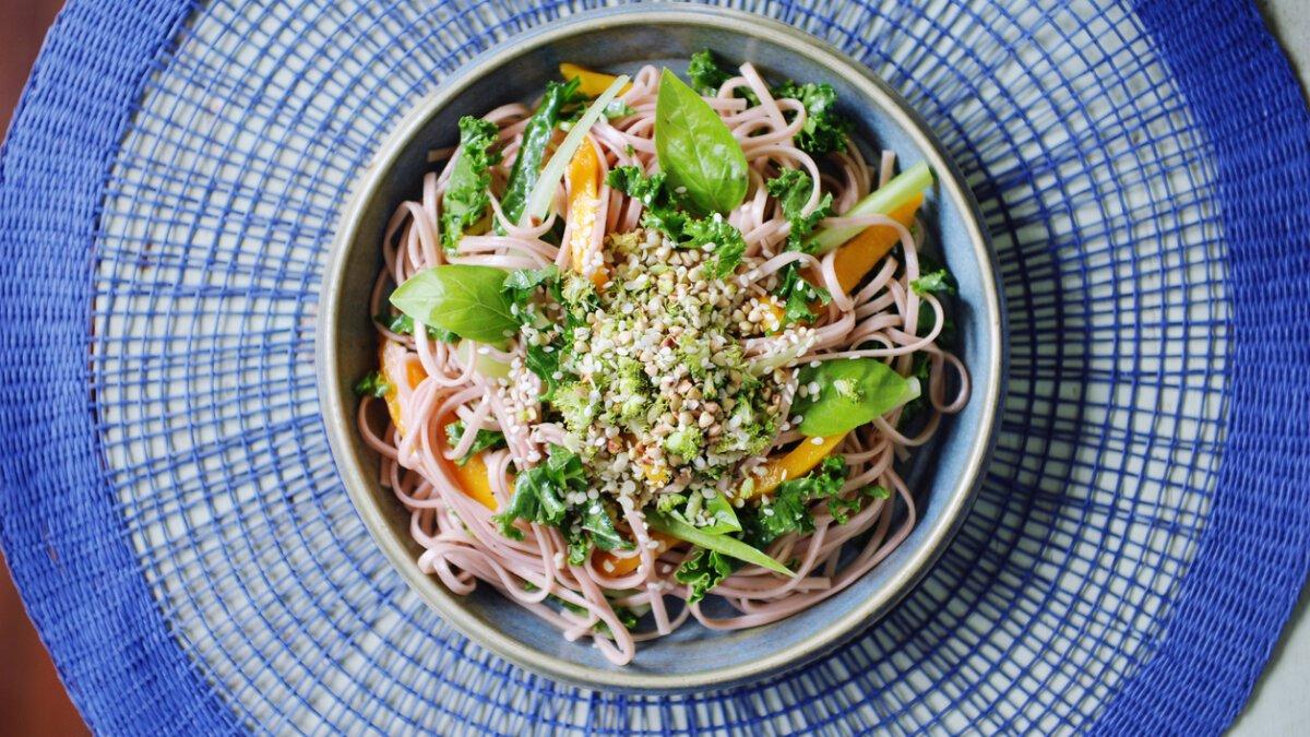 Salát s nudlemi a konopným semínkem